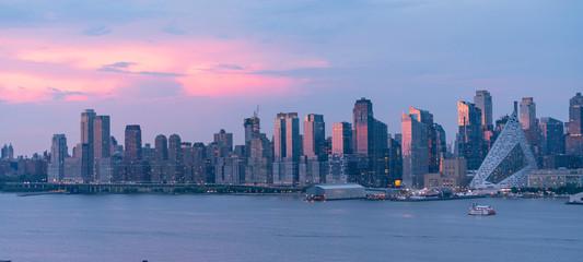 Fotomurales - Sunset Light over Midtown Manhattan from Across The River