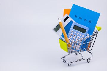 国民年金イメージ 年金手帳 電卓 ショッピングカート ボールペン