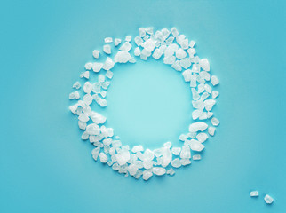round frame of scattered sea salt on a color background Wall mural