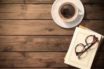 ビンテージなテーブルの上のコーヒー、本、読書のイメージ