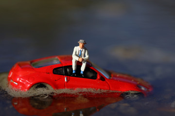 洪水で浸水した自動車とドライバー