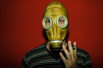 Uomo mascherato fuma il sigaro
