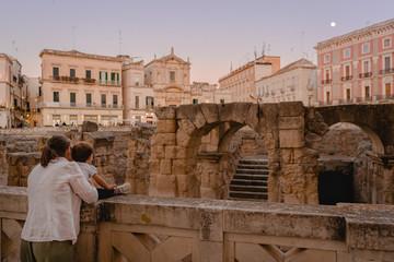 Madre e Figlia ammirano il barocco Leccese