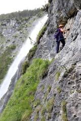 Klettern vor dem Wasserfall