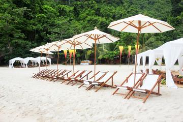 Foto auf AluDibond Gezeichnet Straßenkaffee Chairs with white umbrellas on the beach at tropical island