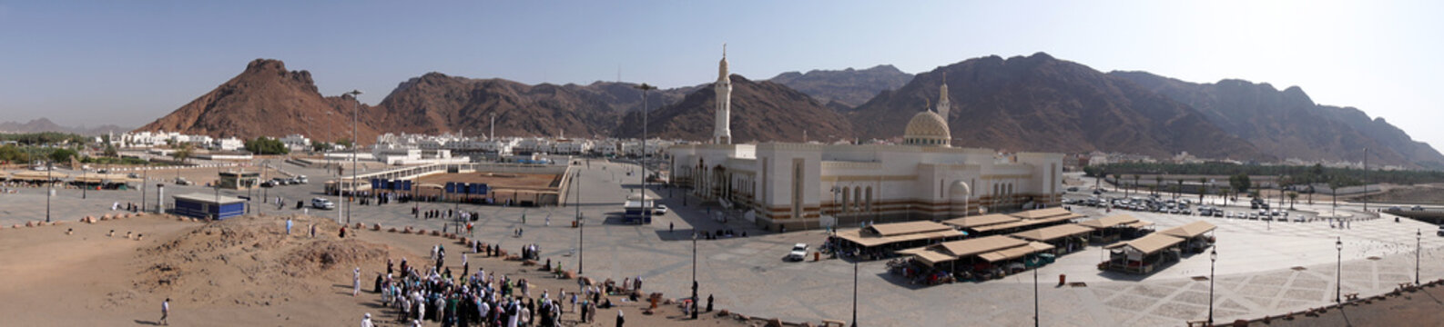 the crowds of pilgrims who come to visit Mount Uhud