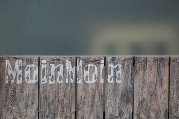 Holzwand mit dem norddeutschen Gruß Moin Moin