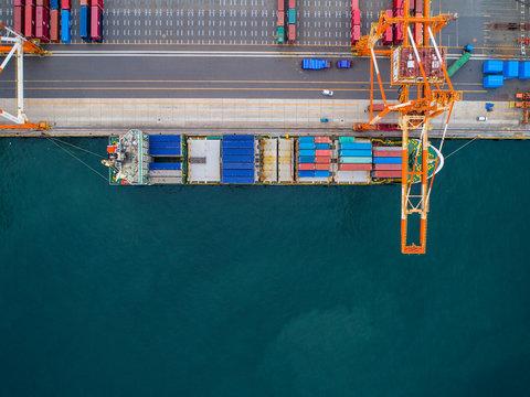 コンテナターミナルと貨物船