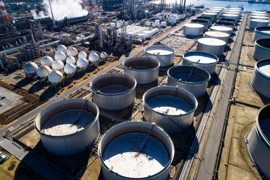 石油コンビナートの屋外タンク 空撮