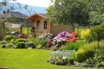 Fototapeta Drewniany domek altanka w ogrodzie obraz