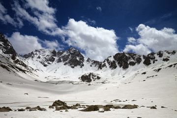 Fototapete - Plateau in mountains with frozen lake covered snow