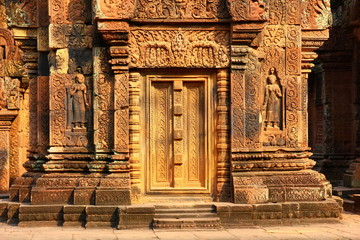 Banteay Srei Siem Reap Castle is one of the most beautiful castles in CAmbodia. Construction of pink sandstone Carved into patterns related to Hinduism, Brahminism Fototapete