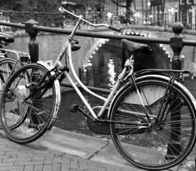 Photo sur Aluminium Am Geländer einer Grachtenbrücke geparktes Fahrrad