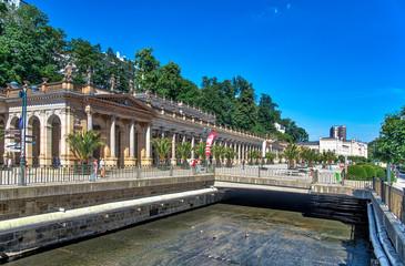 Muehlbrunnkolonnade und Fluss in Karlovy Vary