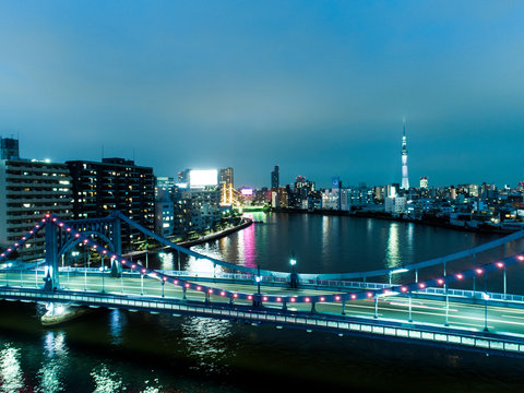 日が落ちてライトアップされた橋や都市