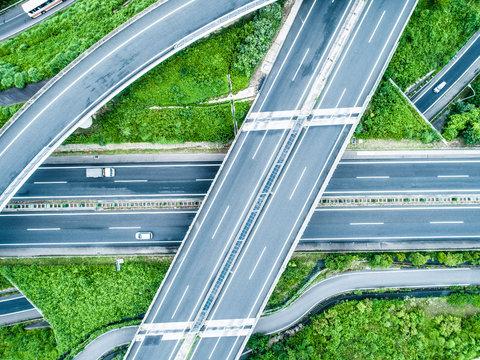 自然の中で交差する複数の道路