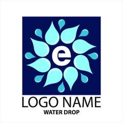 Logo carré vectoriel de gouttes et gouttelettes d'eau dans un design de fleur sur un fond bleu marine.