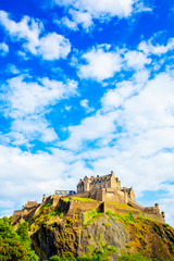 Fototapete - Ancient Edinburgh castle on the hill