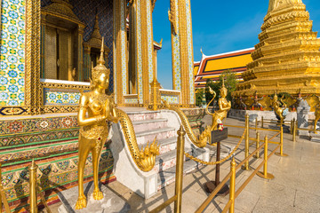 Fototapete - Emerald buddhist temple with golden pagoda
