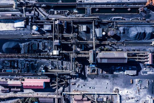 複数のパイプラインが繋がる工場の俯瞰