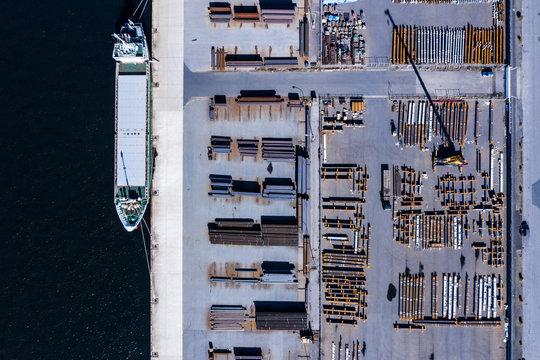 運送会社の船が停まっている港 俯瞰
