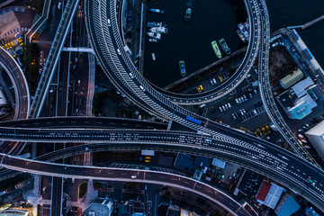 薄暗い高速道路の空撮