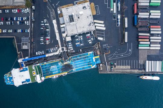 大きな輸送船とコンテナ
