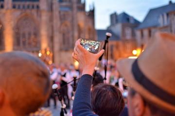 Ecran d'appareil photo filmant une fête bretonne à Tréguier