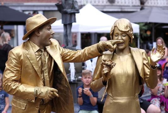 """Artists called """"Golden Wedding"""" take part in the festival """"Statues en Marche"""" in Marche-en-Famenne"""