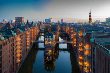 Hamburg Speicherstadt am Abend mit Blick auf das Wasserschloss