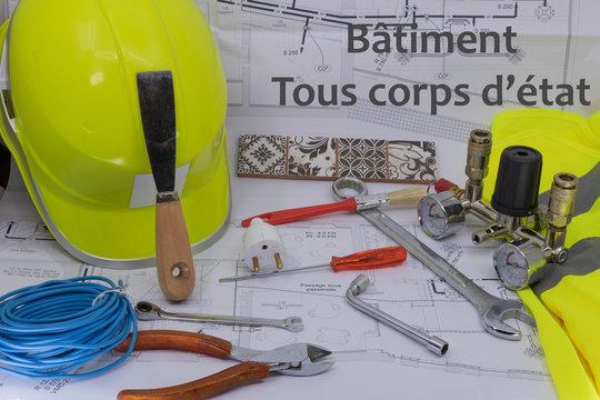 Bâtiment tous corps d'état (texte en français) Ressource graphique avec plan de maison équipement de sécurité et matériel de bricolage