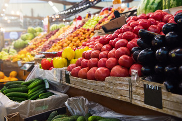 Photo sur Aluminium Cuisine Vegetable farmer market counter: colorful various fresh organic healthy vegetables at grocery store. Healthy natural food concept