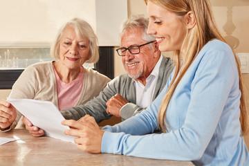 Tochter hilft Senioren bei Versicherung und Rente Fototapete