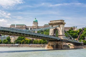Budapeszt - krajobraz miasta z mostem Łańcuchowym i zamkiem.