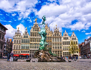 Foto auf AluDibond Antwerpen Grote Markt square with famous Statue of Brabo and medieval guild houses in the fairy town of Antwerp, Belgium