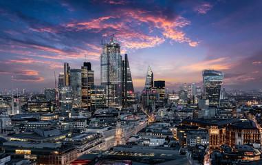 Der Finanzbezirk City von London mit den Banken und Wolkenkratzern am Abend nach Sonnenuntergang, Großbritannien