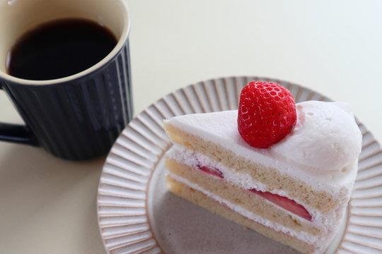苺のショートケーキとブラックコーヒー