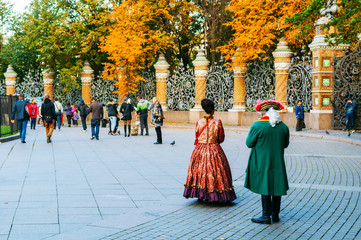 St Petersburg, Russia. Fence of the Michael Garden in St Petersburg, Russia and tourists walking along Fototapete