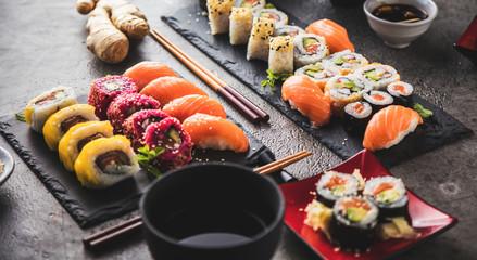 Fotobehang Sushi bar Sushi Set Sashimi und Sushirollen auf serviert Steinschiefer