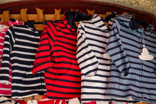 Gilets marins bretons pour enfants à la vente dans la vitrine