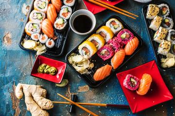 Foto auf Acrylglas Sushi bar Sushi Set Sashimi und Sushirollen auf serviert Steinschiefer