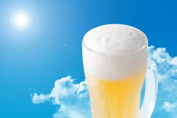 Obraz 青空とビールのイメージ(雲あり) - fototapety do salonu