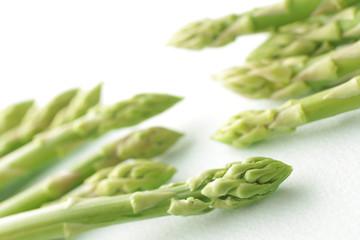 白い背景に置いたグリーンアスパラガスの集合イメージ写真