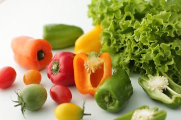 レタスやカラーのピーマンや色のついトマトの集合イメージ写真