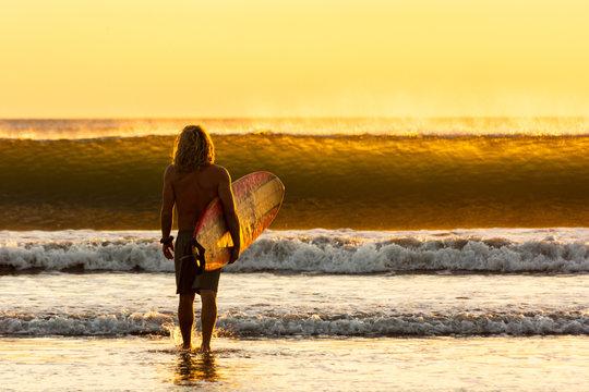 Camino al mar para practicar surf en playa de Jiquilillo en Nicaragua