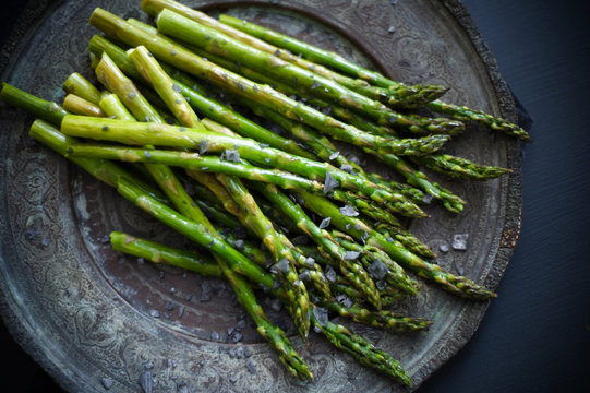 Grilled asparagus with black salt