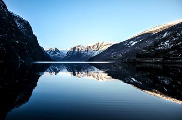 Eau miroir avec vue sur les fjords de norvèges