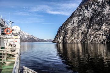 Vue d'un ferry dans les fjords de Novège