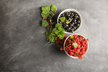 Fresh ripe red black currant berry in white bowls on gray background. Flat layout top view. Copy space Fototapete