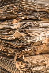 Information Stapel uralter Zeitungen als Bündel